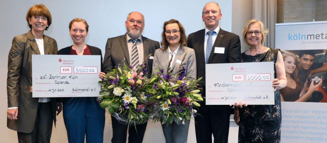v. l.: Oberbürgermeisterin Henriette Reker, Tonia Kahl und Kai Sterzenbach (zdi-Zentrum Köln), Ingrid Hack und Axel Rütjes (<span class=knstyle>Kindernöte e.V.</span>), Dr. Margarete Haase (Vorsitzende kölnmetall). Foto: Detlef Ilgner